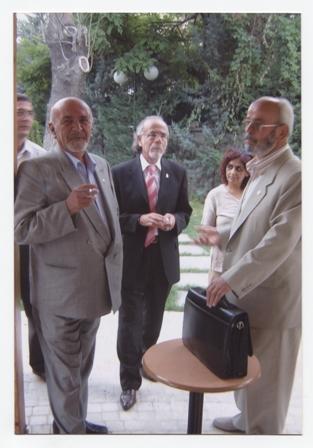 agustos-2006...-ayrilisindan-bes-ay-once-selcuk-universitesi-duayenlere-saygi-toplantisinda...-ortada-ibrahim-sur,-arkaplanda-reyhan-sur..jpg