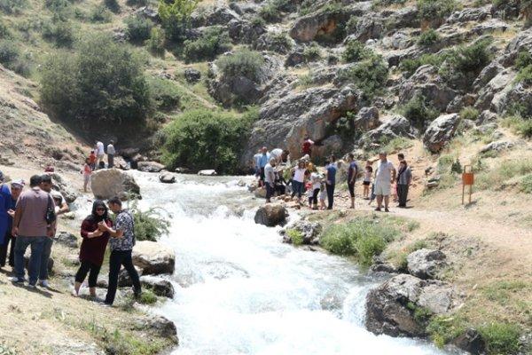ivriz-kaya-aniti-ziyaretcileri-cezbediyor-(4).jpg