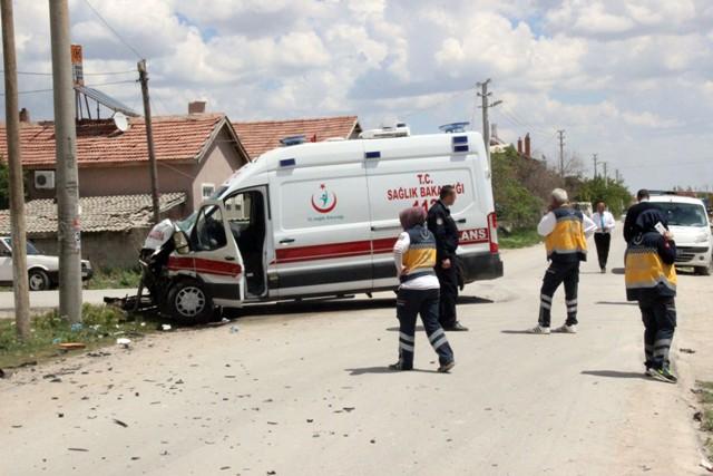 konyada-ambulansla-otobus-carpisti-3-yarali-(1).jpg