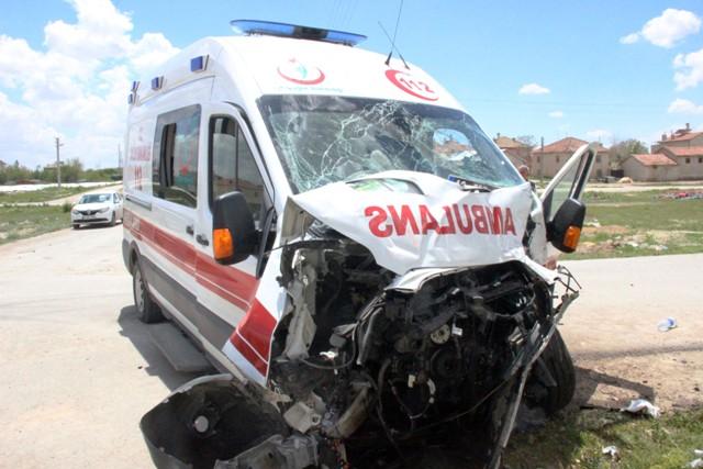 konyada-ambulansla-otobus-carpisti-3-yarali-(5).jpg