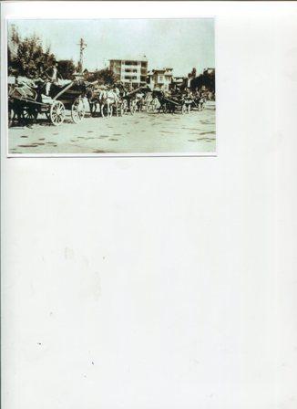 tarihi-bir-fotograf-alaaddin-tepesi-onunde-seker-fabrikasinin-acilisi-ile-ilgili-duzenlenen-pancar-senliginde-kagni-at-arabalari.-eylul-1954.jpg