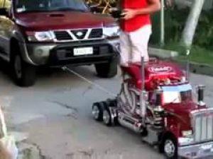 Oyuncak araba gerçek arabayı çekerse...