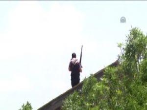 Eli silahlı şüpheli polislere direndi