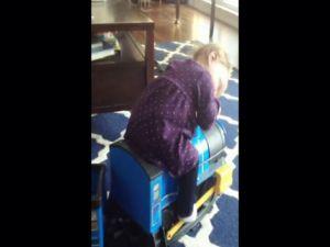 Oyuncak trenin üstünde uyuya kalan çocuk