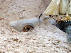 TIR duvara, duvar ise araçların üzerine devrildi