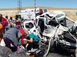 Hafif ticari araç TIR'a çarptı: 4 ölü