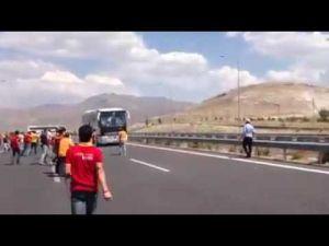 Galatasaray Taraftarı Otobüsü taşladı