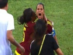 Kadın futbolcu santradan gol attı