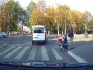 Minik çocuğu bebek arabasından böyle düşürdü!