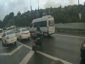 Emniyet şeridinde motorcunun ölümden döndüğü kaza kamerada