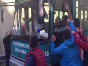 """Bursa'da özel halk otobüsü direksiyonunda """"pes"""" dedirten görüntüler"""