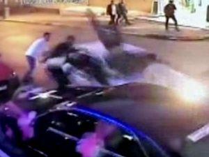 Düğünde kavga ettiği şahısların arasına otomobille daldı: 4 yaralı