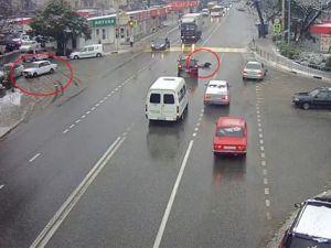 Sürücüsü yola düşen araç kendi kendini park etti