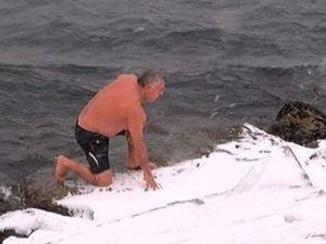 Buz gibi havada denize girdi
