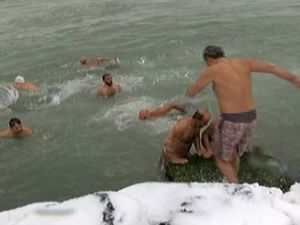 İstanbul'da buz gibi havada denize girdiler
