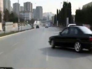 Trafik ışığında bekleyen vatandaşlara korku dolu anlar yaşattı