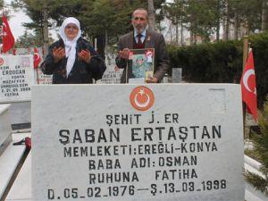 Şehit oğlunun boş mezarını ziyaret ediyor