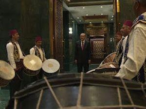 Cumhurbaşkanı Erdoğan, esnaf iftarında Kırşehirli davulcular tarafından karşılandı