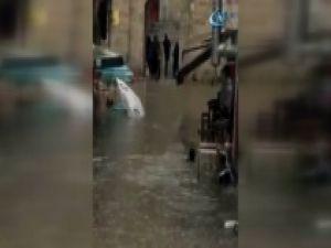 İstanbul'da esnaf işe yüzerek gitti