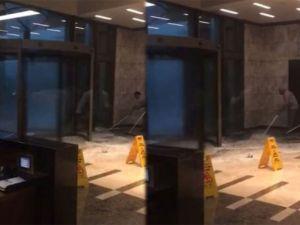 Alışveriş merkezinin kapısının camı böyle patladı! / VİDEO