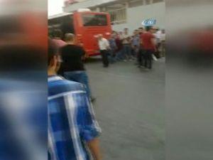 İzmir'de vatandaşlar geç gelen otobüse saldırdı