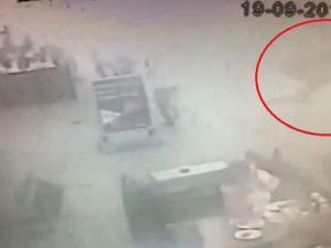 Fatih'te aracın çarptığı direk kadının üzerine devrildi