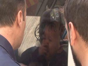 Kamyonet içinde unutulan bebeği itfaiye son anda kurtardı