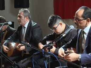 Cumhurbaşkanlığı Sözcüsü Kalın, sanatçı Yavuz Bingöl ve öğrencilerle birlikte türkü söyledi