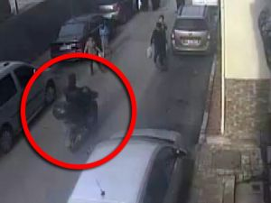 Yolda yürüyen kadına kapkaç şoku kamerada