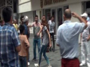 İstiklal Caddesi'nde turistlerin tekme tokat kavgası kamerada
