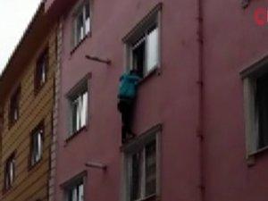 Ablasının evde kilitlediği çocuk pencerede asılı kaldı