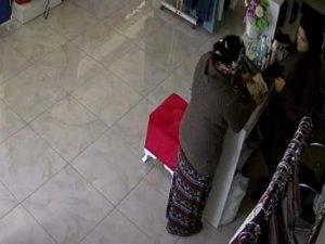 Ufak çocuğu ile birlikte hırsızlık yapan sözde 'anne' kamerada