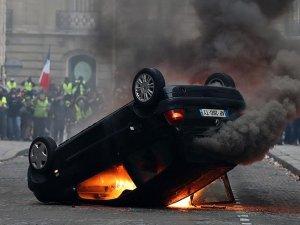 Fransa'da 'sarı yelekliler' protesto düzenledi
