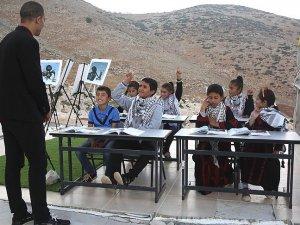 Filistinli öğrenciler, İsrail ihlalleri altında eğitimlerini sürdürüyor