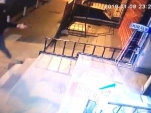 İstanbul'da dehşet anları kamerada! Korku ile içeri kaçtı ama...