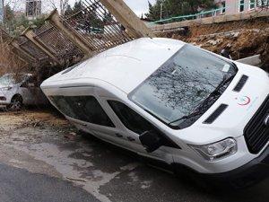 Beykoz'da istinat duvarı çöktü araçlar altında kaldı