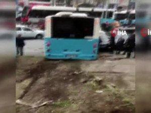 Beyazıt'ta özel halk otobüsü yayaların arasına daldı!